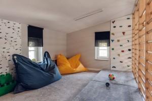 Dom w stylu skandynawskim - pokój rekreacyjny.