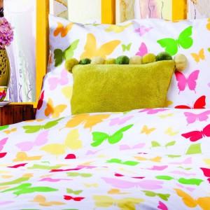 Komplet Mariposa to biała pościel w kolorowe motyle.  Cena 119 zł za komplet 140 x 200 cm oraz 139 zł za komplet 160 x 200 cm. Fot.Home & you.