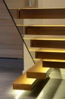 Inwestorzy zgłosili się do nas z projektem domu jednorodzinnego, chcąc stworzyć wnętrze nowoczesne, ale jednocześnie przytulne. Postawiliśmy na ciepło drewna, które pojawia się na podłogach w pokojach, schodach, meblach oraz na detalach architektonicznych takich jak sufity podwieszane. Skontrastowaliśmy je z szarościami, kamieniem i szkłem. Duży akcent postawiliśmy na oświetlenie, które buduje klimat poszczególnych stref w domu. Całości dopełniają dodatki w kolorach soczystej zieleni i cyjanu. Styl aranżacji: nowoczesny.