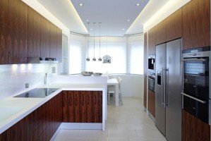 Drewniana kuchnia z nutką bieli i srebrnymi akcentami
