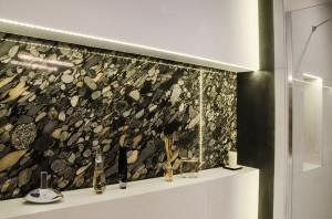 Mieszkanie mieści się na ostatnim piętrze nowego budynku na Jeżycach. Postanowiliśmy stworzyć w nim możliwie dużą i otwartą strefę dzienną, wygospodarowaliśmy miejsce na sporą łazienkę z prysznicem oraz gabinet i sypialnię. Biel ścian stała się tłem dla wprowadzenia koloru, w postaci akcentów meblowych i obrazów. Wykorzystaliśmy beton, drewno jesionowe i czarną farbę tablicową. Indywidualnego charakteru nadały wnętrzu zaprojektowane przez nas industrialne lampy Cumulus i Kite, meble (kuchnia i stół) oraz zakupione na aukcjach elementy vintage. Styl aranżacji: nowoczesny/industrialny.