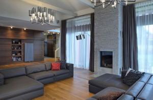 Salon w ciemnej tonacji z drewnem