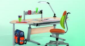 Systematyczne motywowanie dziecka do utrzymania porządku na biurku nauczy je dobrych nawyków oraz samodzielności. Zwłaszcza, że takie sprzątanie może być jednocześnie fajną zabawą. Wystarczy, że włączą się w nie rodzice.
