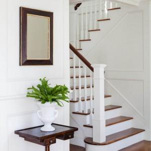 Schody w klasycznym typowo amerykańskim stylu. Fot. Patrick Ahearn Architects.