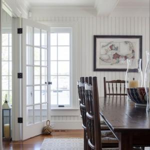 Duży drewniany stół jadalniany i krzesła to klasyka niczym z XIX wiecznej Anglii. Fot. Patrick Ahearn Architects.