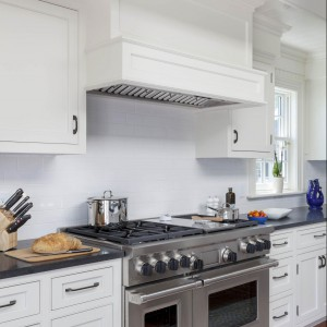 Również sprzęt AGD dopasowano tak, aby stanowił całość z stylową zabudową kuchni. Fot. Patrick Ahearn Architects.