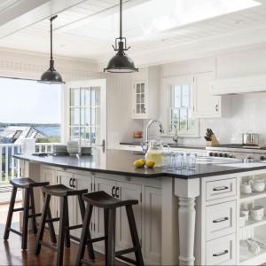 Piękna, stylowa kuchnia z dużą wyspą kuchenną i białymi szafkami kuchennymi. Fot. Patrick Ahearn Architects.