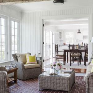 Kolejny z pokojów wypoczynkowych, wyposażony w nietypowe, bo rattanowe meble. Fot. Patrick Ahearn Architects.