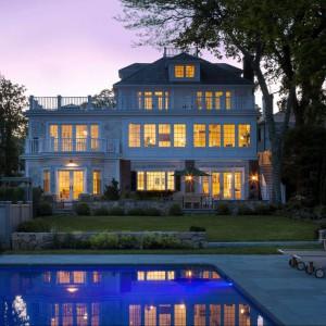 Widok domu z zewnąrz. Na pierwszym planie przydomowy basen. Fot. Patrick Ahearn Architects.
