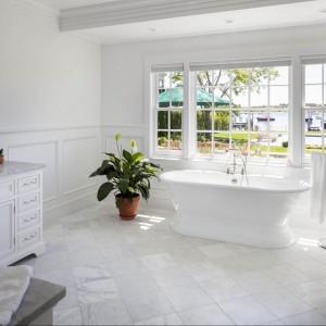 Stylowa łazienka, a raczej salon kąpielowy retro. Wanna wolno stojąca z takim widokiem to z pewnością marzenie każdego miłośnika długich kąpieli. Fot. Patrick Ahearn Architects.
