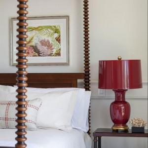 Drewniane łóżko z baldachimem to arcydzieło rzemiosła. Fot. Patrick Ahearn Architects.