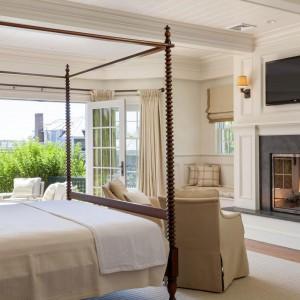 Kolejna z sypialni - piękne łóżko z baldachimem i kominek - klasycznie, ale z odrobiną nowoczesności. Fot. Patrick Ahearn Architects.
