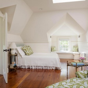 Jedna ze znajdujących się w rezydencji sypialni.  Facjatka niczym z powieści Ludy Maud Montgomerry o Ani z Zielonego Wzgórza, romantyczne łóżko i już mamy stylizację jedyną w swoim rodzaju. Fot. Patrick Ahearn Architects.