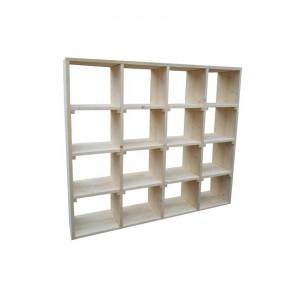 Prosty, minimalistyczny regał z jasnego drewna stanowi delikatną oprawę dla zbioru książek. Fot. Wooden Factory.