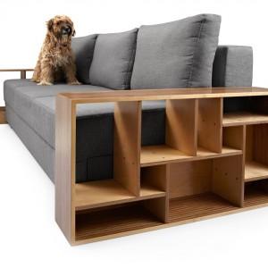 Sofa pokryta materiałem o plecionej strukturze, dostępnym w sześciu kolorach; system rozkładania typu DL; wymiary po rozłożeniu 140×200 cm; bok sofy wykonany ze sklejki brzozowej ciętej numerycznie, następnie ręcznie obrabianej i lakierowanej. Fot. Tabanda.