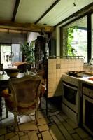 Beżowa kuchnia z elementami brązów w stylu eklektycznym
