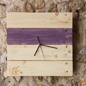 Zegar z drewnianych palet, każdy egzemplarz jest unikalny. Możliwość dodania kolorowych akcentów w kolorze fuksji, lawendowym, błękitnym lub miętowym.   Fot. Palletideas / Dekoeko.com.