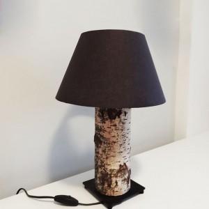 Lampka nocna z czarnym abażurem, wykonana z pnia brzozy. Wysokość 43 cm, klosz o średnicy 29 cm. Fot. Kolorum / Dekoeko.com.