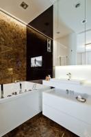 Projekt perfekcyjnie łączy ze sobą stylowy wygląd i funkcjonalność. Oryginalne rozwiązania idą w parze z solidnymi i jedynymi w swoim rodzaju materiałami, takimi jak użyty w łazience kamień Emperador. Ponadczasowa klasyka harmonijnie współgra z nowoczesnością, co widać w każdym pomieszczeniu