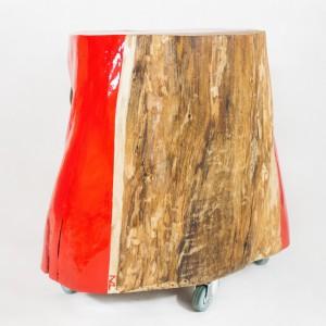 Stolik wykonany z pnia jesionu ozdobiony asymetrycznym pasem czerwonej farby. Fot. Zielony powiew / Pakamera.pl.