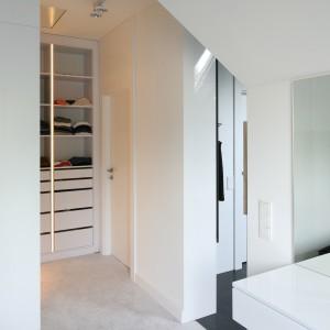 Z sypialni można swobodnie przejść do otwartej, przestronnej  garderoby. Proj. Dominik Respondek. Fot. Bartosz Jarosz.