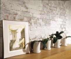 Bielona ściana była pomysłem pani domu, wykonała ja samodzielnie, inspirację zaczerpnęła z magazynów wnętrzarskich. Idealnie pasuje do klimatu w sypialni.