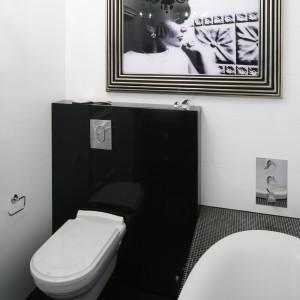 Stelaż, na którym zawieszono miskę wc, wykończony został na wysoki połysk. Fot. Bartosz Jarosz.