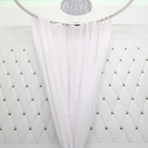 Okrągły drążek z zasłonką zastępują kabinę prysznicową.  Fot. Bartosz Jarosz.