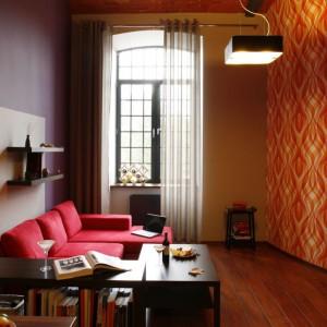 Oryginalny kształt jedynego, aczkolwiek bardzo wysokiego okna w mieszkaniu rekompensuje ten niedosyt.  Fot. Marcin Onufryjuk.