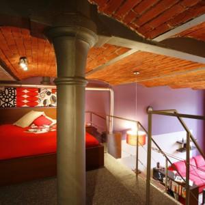 Szlachetny surowy sufit podkreśla naturalne, ascetyczne piękno pofabrycznej architektury.  Fot. Marcin Onufryjuk.