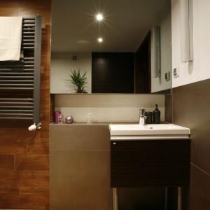 Umywalka i szafka to komplet firmy Antado, producenta mebli łazienkowych. Sedes stojący (Roca) z wbudowaną spłuczką w stelażu (Geberit), wykończono płytkami.  Fot. Marcin Onufryjuk.