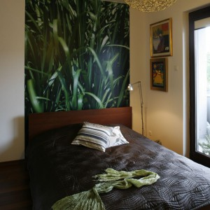 Sypialnia z efektowną fototapetą przedstawiającą przeskalowane trawy. Fot. Marcin Onufryjuk.