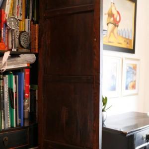 Pakowna szafa mieści książki i biurowe pomoce mieszkańców, które nie zawsze dobrze wyglądają na widoku. Fot. Marcin Onufryjuk.