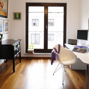 Gabinet - klasyki designu (krzesła projektu Eamesów) zgodnie mieszkają tu z antykami. Fot. Marcin Onufryjuk.