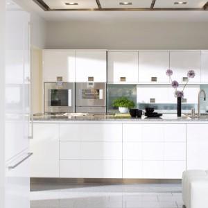 Kuchnia Torino charakteryzująca się funkcjonalnością i ergonomią. Wyróżnia ją idealna powierzchnia białego lakieru, w której umiejętnie został osadzony stalowy uchwyt, wtopiony we front. Duża wyspa pozwala na przyrządzanie i gotowanie kilku osobom jednocześnie. Wycena indywidualna, Mebel Rust.