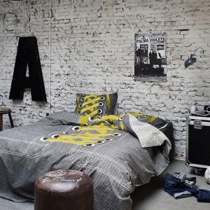 Surowa cegła nadaje industrialny charakter wnętrzu. Fot. Cover & Co.