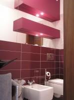 Fragment łazienki w domu z basenem.
