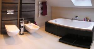Łazienka z motywem zwierzęcym ,czarno - różowa aranżacja w domu z basenem.