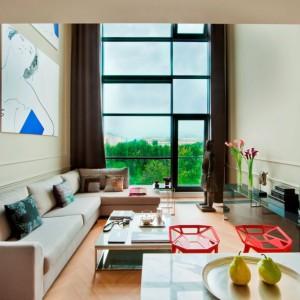 Apartament urządzono z nastawieniem na kolory i różnorodność faktur. Fot. Ghelamco Poland.