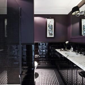 Jedna z dwóch znajdujących się w apartamencie łazienek. Ściany w kolorze bakłażanu, czarno-biała mozaikowa podłoga. Armatura Devon&Devon. Fot. Ghelamco Poland.