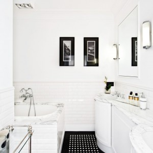 Druga ze znajdujących się tu łazienek w bielach i czerniach. Fot. Ghelamco Poland.