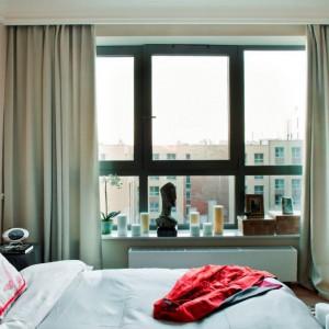 Stonowana sypialnia - miękkie tkaniny, beże i odcienie piasku uzupełnione żywszymi barwami. Fot. Ghelamco Poland.