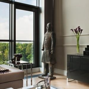W apartamencie starannie wyeksponowano dzieła sztuki - obrazy i rzeźby. Fot. Ghelamco Poland.