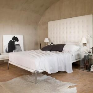 Łóżko Volage z oryginalny, wysokim, białym zagłowkiem. Proj.Philippe Starck.Fot. Cassina.