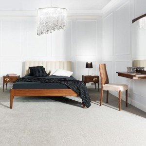 Łóżko z kolekcji Lima to połączenie naturalnej okleiny orzechowej i jasnego, tapicerowanego zagłówka. Fot.Klose.