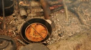 Zimą też można przyjemnie spędzić czas w ogrodzie, na łonie natury. Wystarczyrozpalić ognisko i przygotować posiłek w żeliwnym kociołku.