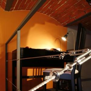 Biurko i krzesło o klasycznej formie to wystarczające elementy aranżacji kącika pracy w sypialni. Fot. Marcin Onufryjuk.