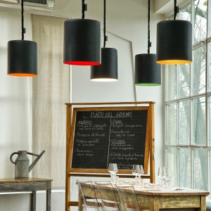 Lampa wisząca Bin w nowoczesnym stylu. Jej wierzchnia warstwa wykonana została z żywicy. Środek lampy dostępny jest w różnych kolorach. Średnica: 33,5 cm. Ok. 264 euro, Ines.Artdesign.