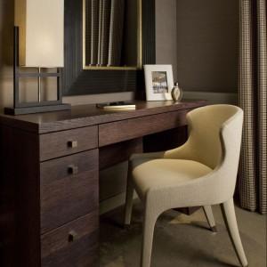 Eleganckie biurko w duecie z tapicerowanym krzesłem. Fot. Richard Waite.