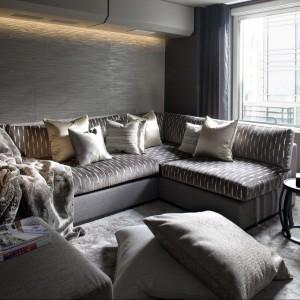 Pokój wypoczynkowy zwraca uwagę srebrzystymi, miękkimi tkaninami. Fot. Richard Waite.